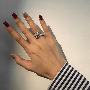 Crossed ring